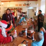 Jõuluvanaga piparkookide kaunistamine mõisa söögisaalis