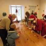 Rogosi mõisa jõulumaa käsitööpäkapikud toimetamas koolitusklassis