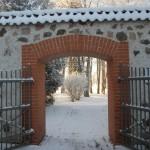 Rogosi mõisa sisehoov, parki viiv värav