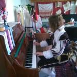 Poola kultuuripäevad Rogosi mõisas, kostümeeritud klaverimängija